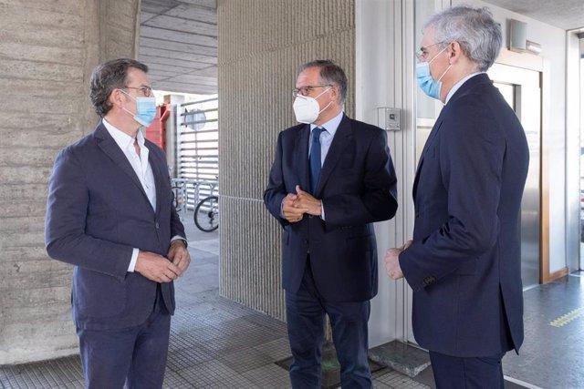 El presidente de la Xunta, Alberto Núñez Feijóo, el presidente de Ceaga, Antonio Lloves, y el conselleiro de Economía, Emprego e Industria, Francisco Conde, este lunes