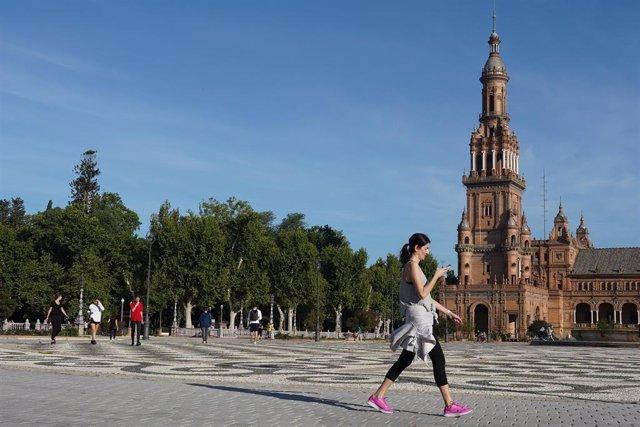 Una joven pasea por la Plaza de España