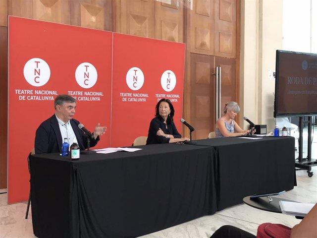 El director artístico del TNC, Xavier Albertí, junto a la presidenta del Consejo de Administración, Neus Aranda, y la directora ejecutiva, Mònica Campos, este lunes en la presentación de la nueva temporada 2020-2021