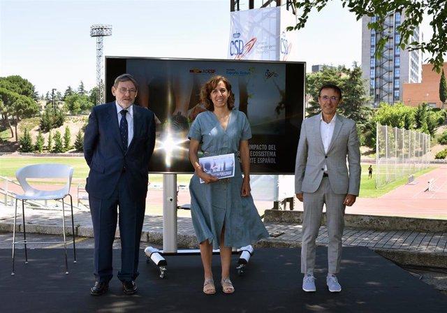La presidenta del CSD, Irene Lozano, entre los presidentes de España Activa, Jaime Lissavetzky, y de la ADESP, José Hidalgo