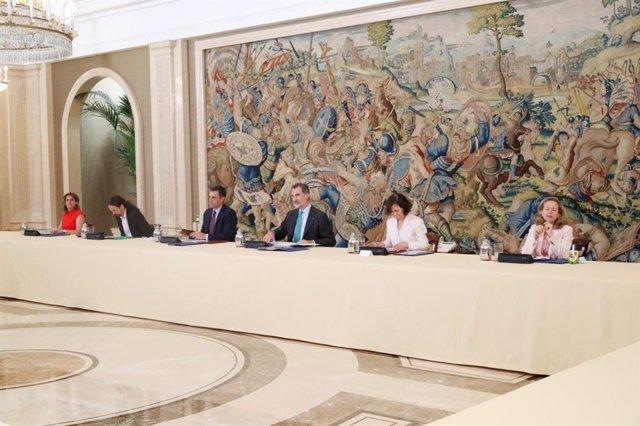 El Gobierno informa al Rey de su gestión frente al coronavirus en una reunión en