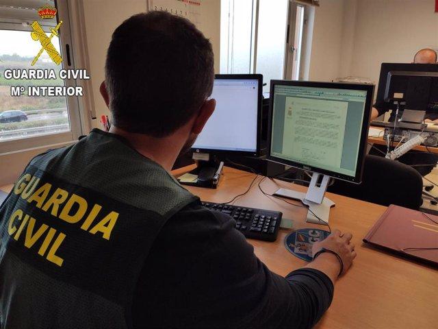 Un agente de la Guardia Civil trabajando