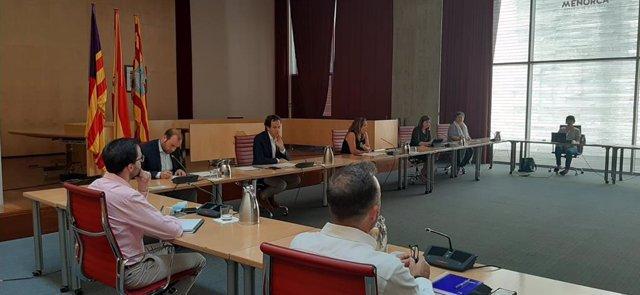 Los consellers Marc Pons y Miquel Mir en una reunión en Menorca