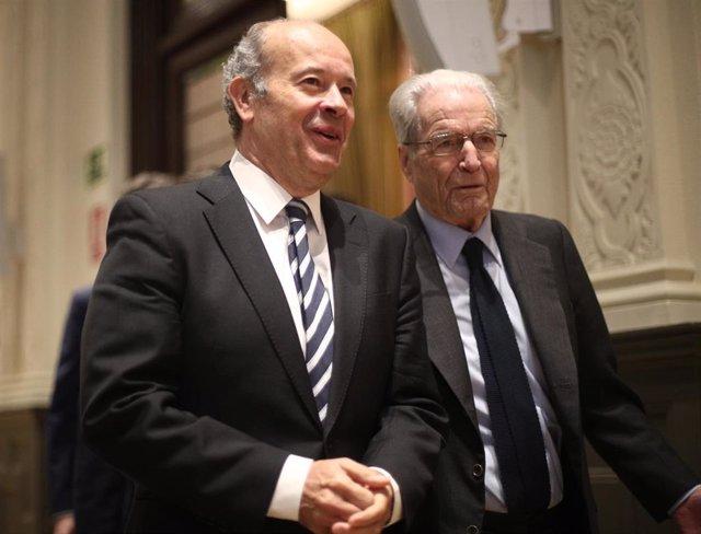El ministro de Justicia, Juan Carlos Campo (izq) y el jurista Antonio Garrigues Walker (dech), a su llegada a la inauguración del V Encuentro 'CUMPLEN' organizado por la Asociación de Profesionales de Cumplimiento Normativo, en Madrid (España), a 23 de en