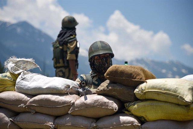 Un soldado indio en un puesto de control hacia la zona de Ladaj