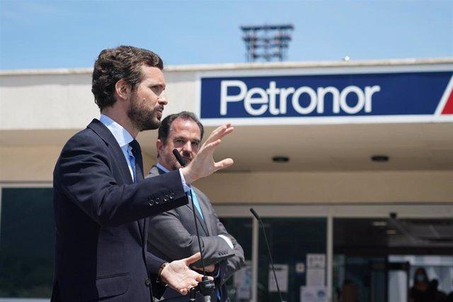 El presidente del Partido Popular, Pablo Casado (i), durante su discurso junto al candidato a lehendakari de la coalición PP+Cs, Carlos Iturgaiz (d), en su visita a Petronor en Muskiz, Vizcaya, País Vasco (España), a 22 de junio de 2020.