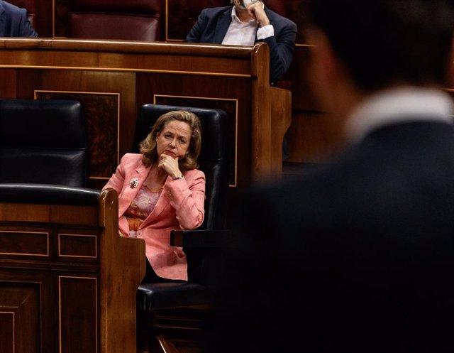 La ministra de Economía y vicepresidenta tercera del Gobierno, Nadia Calviño, atiende a una pregunta durante la sesión de Control al Gobierno .