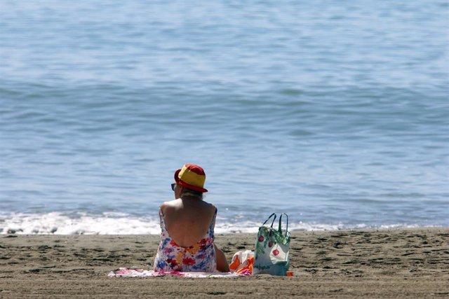 Los malagueños disfrutan de la playa. Málaga a 01 de junio del 2020