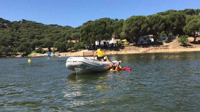 Imagen de una embarcación del dispositivo de seguridad de verano en el Pantano de San Juan, en la Comunidad de Madrid.
