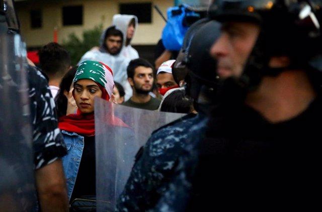 Un policía durante una protesta contra el Gobierno de Líbano en la capital, Beirut