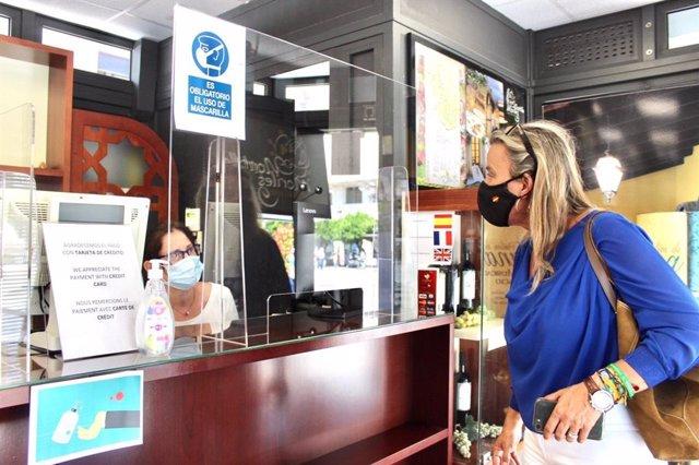 Isabel Albás visita un punto de información turística.