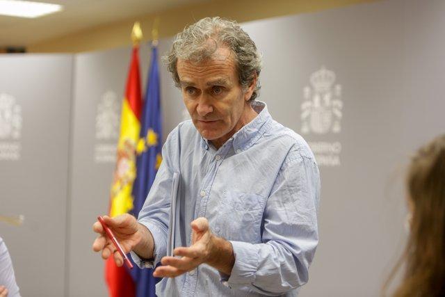 El director del Centro de Coordinación de Alertas y Emergencias Sanitarias (CCAES), Fernando Simón, habla con los periodistas al término de la primera de las ruedas de prensa que ofrecerá en el Ministerio de Sanidad dos veces a la semana