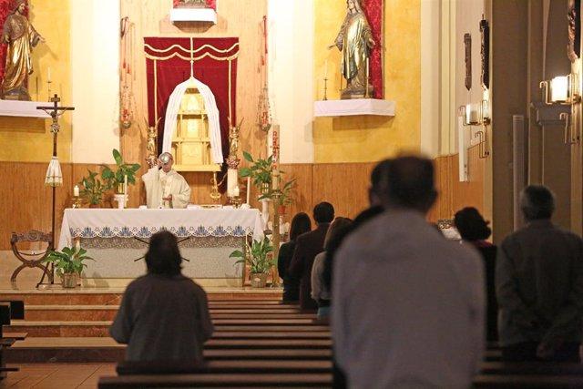 Fieles durante una misa
