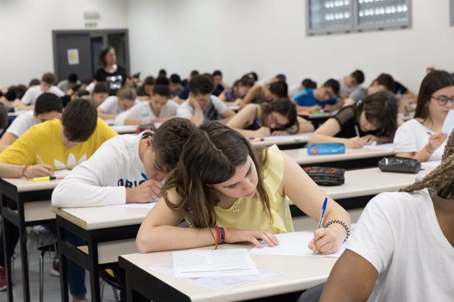 Estudiantes en la EvAU en la UPNA