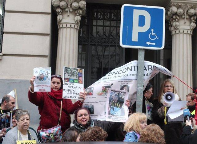 Algunos de los asistentes a la concentración estatal de bebés robados frente a la Fiscalia General del Estado, Madrid (España), a 27 de enero de 2020.