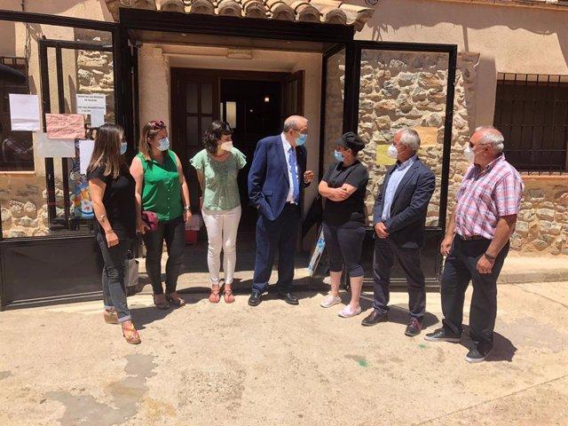 El presidente de la Diputación de Teruel, Manuel Rando, visita el multiservicio rural de Camañas