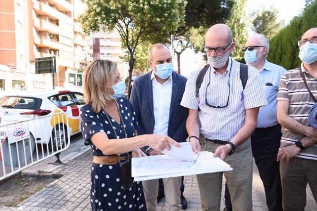 La consejera municipal de Infraestructuras del Ayuntamiento de Zaragoza, Patricia Cavero, mira los planos para la renovación de la gran tubería de abastecimiento de agua de la avenida Navarra