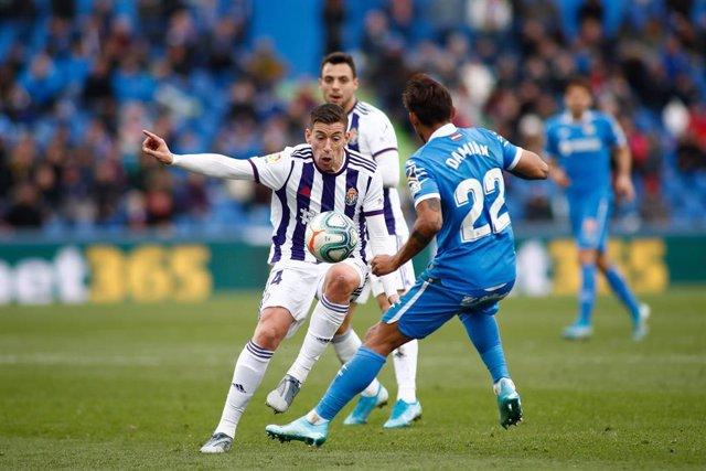 Rubén Alcaraz y Damián Suárez pugnan por un balón en el Getafe-Valladolid de la primera vuelta de LaLiga Santander 2019-2020