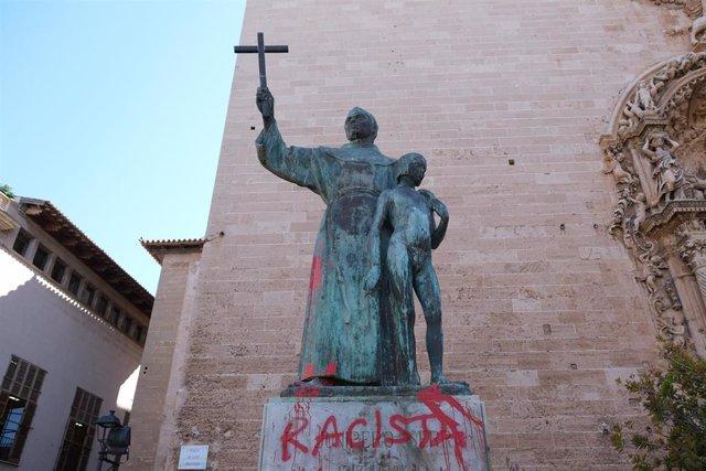 """La estatua de Juníper Serra, situada en la plaza Sant Francesc de Palma, amanece con pintadas de """"racista"""" tras ser derribada el sábado pasado por ser considerado """"asesino de indígenas""""."""