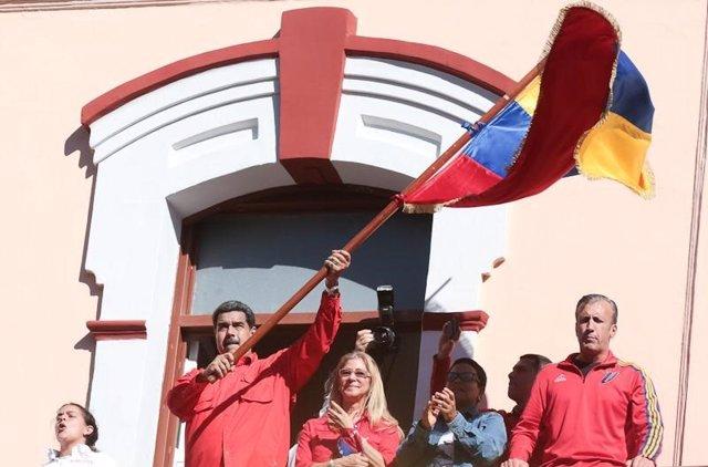 El presidente de Venezuela, Nicolás Maduro, con una bandera venezolana