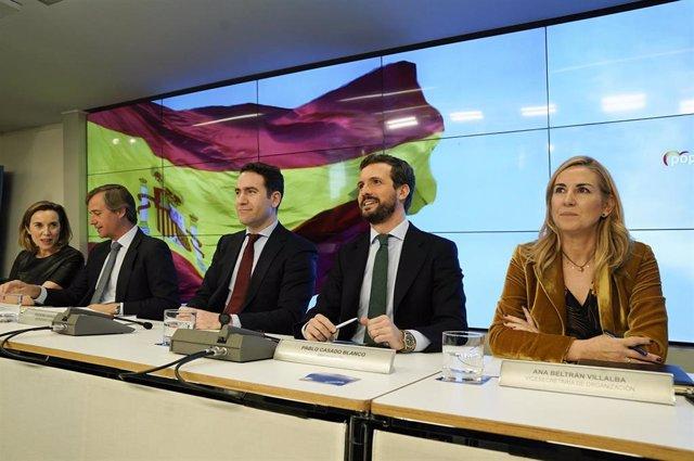 El líder del PP, Pablo Casado, junto al secretario general del PP, Teodoro García Egea, y  varios vicesecretarios del partido, Cuca Gamarra, Antonio González-Terol, y Ana Beltrán. En Madrid (España), a 13 de enero de 2020.
