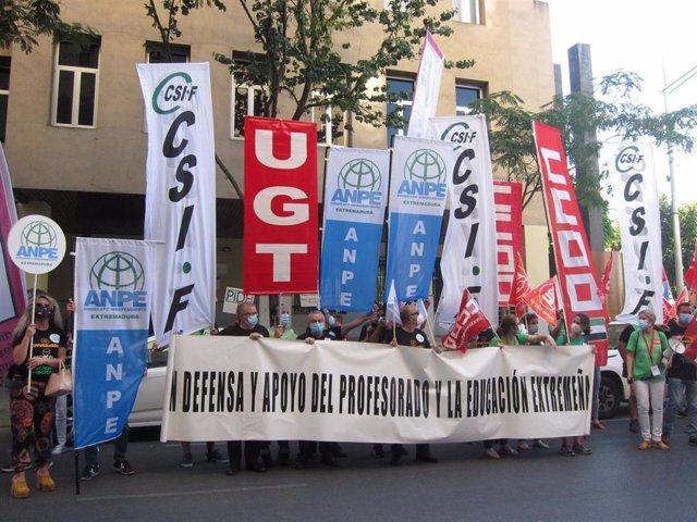 Protesta de sindicatos en Badajoz contra los recortes en educación