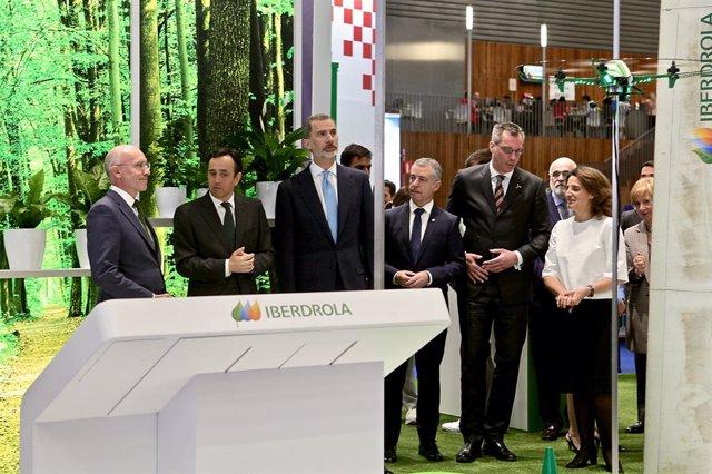 """El Rey Felipe VI durante la inauguración del """"Windeurope Conference & Exhibition 2019"""", el mayor evento del sector eólico a nivel continental. A la derecha del Rey: el lehendakari Íñigo Urkullu."""