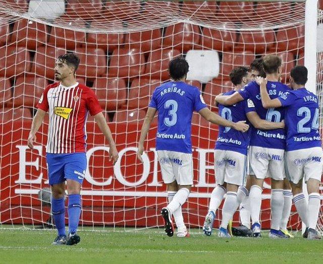 Los jugadores del Oviedo celebran el gol de Borja Sánchez ante el Sporting