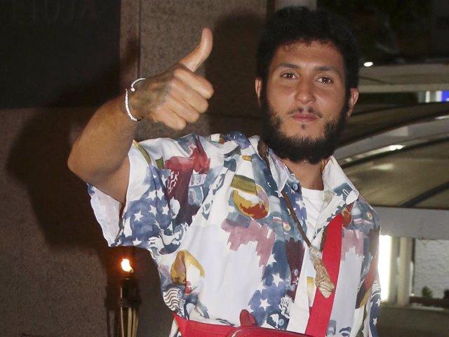 Omar Montes, con los coloridos looks a los que nos tiene acostumbrados, saluda a la prensa en una fiesta a la que acudió como invitado