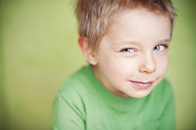 Niño guiñando un ojo