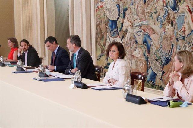 El Rey preside en el Palacio de la Zarzuela la reunión del Consejo de Seguridad Nacional (CSN), junto al presidente del Gobierno, Pedro Sánchez (3i), la vicepresidenta primera, Carmen Calvo (2d), el vicepresidente segundo, Pablo Iglesias (2i), la ministra