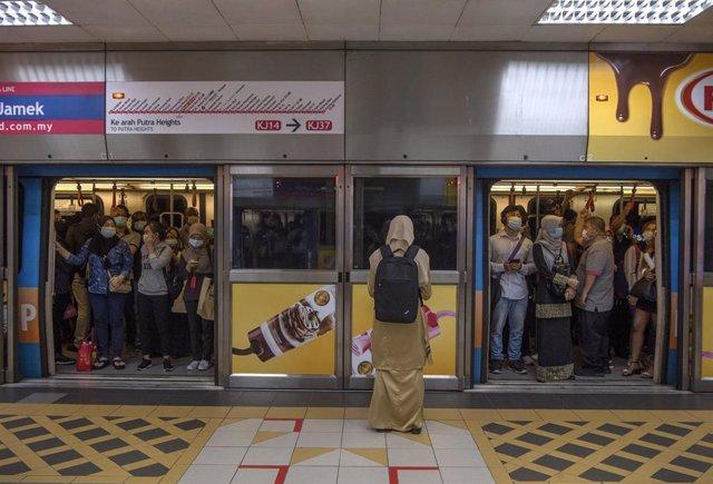 Viajeros en el metro de Kuala Lumpur