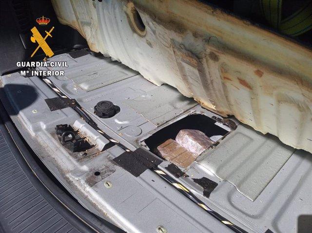 Droga intervenida por la Guardia Civil en el coche localizado.