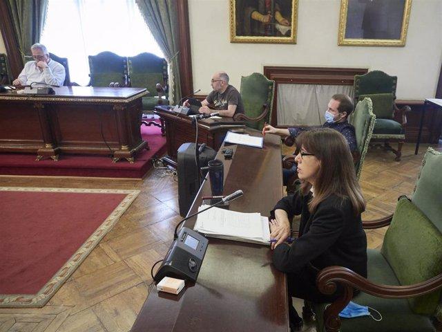 (I-D) El portavoz municipal de EH Bildu, Joseba Asiron; el concejal de EH Bildu Joxe Abaurrea; el concejal de PSN-PSOE, Xabier Sagardoy; y la portavoz municipal de PSN-PSOE, Maite Esporrín, durante un pleno extraordinario en el Ayuntamiento de Pamplona en