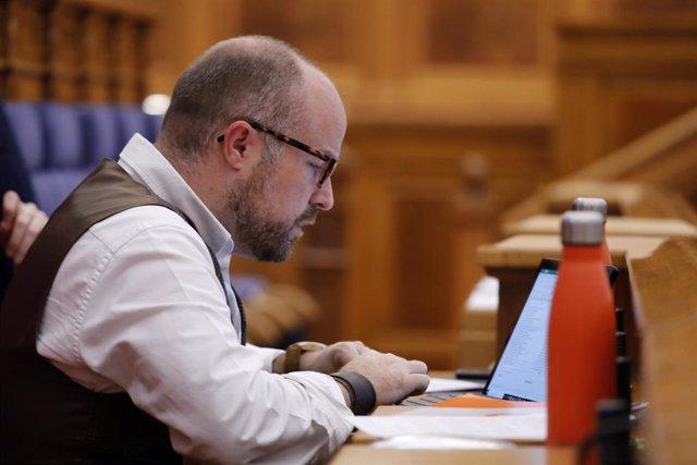 El presidente del Grupo Parlamentario Ciudadanos, Alejandro Ruiz, en el pleno de las Cortes.