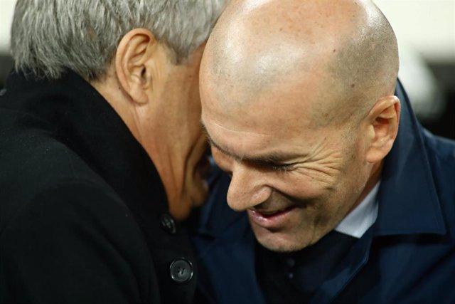 Zinédine Zidane y Quique Setién se saludan antes del Clásico entre el Real Madrid y el FC Barcelona de LaLiga Santander 2019-2020