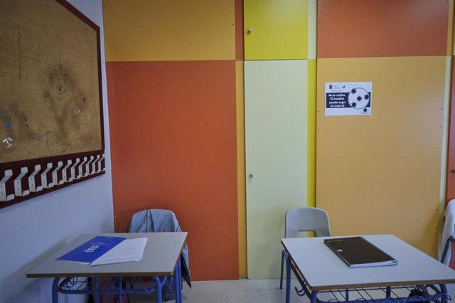 Cuadernos en dos mesas de un aula del Colegio Alameda de Osuna, donde los alumnos de 2º de Bachillerato han vuelto a las aulas