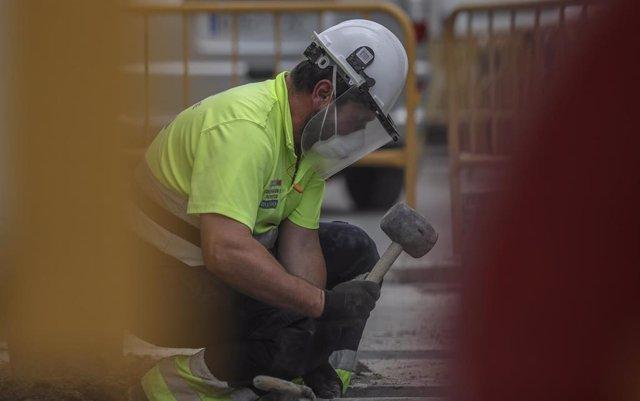 Un obrero trabaja en una obra en Sevilla.