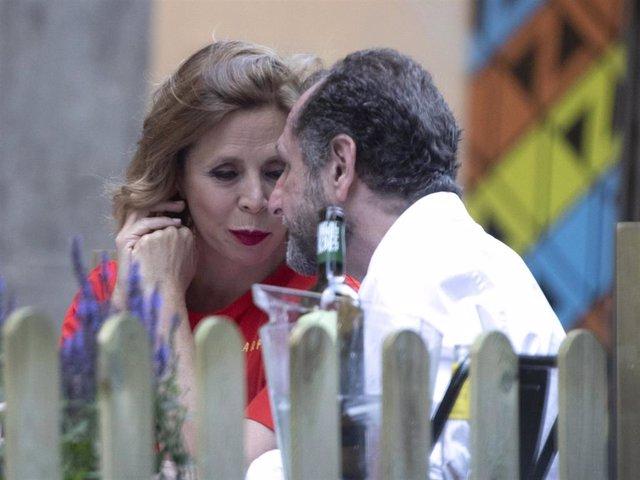 Agatha Ruiz de la Prada y su novio, Luis Gasset, comparten confidencias en una terraza madrileña