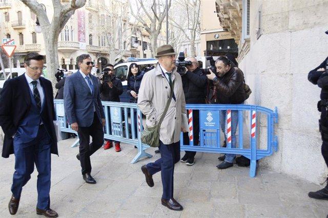 El juez Manuel Penalva (centro) y el fiscal Miguel Ángel Subirán (derecha), a su llegada al TSJIB para declarar en febrero.