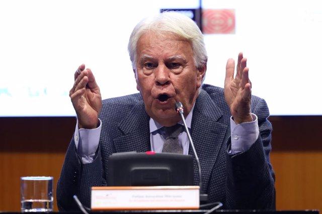 L'expresident Felipe González durant la presentació de l'informe 'Joves, Internet i democràcia', un esdeveniment organitzat per la Fundació Manuel Giménez Abad i la Fundació Felipe González, en el Palau de l'Aljafería de Saragossa/ Aragó (Espanya), a 2