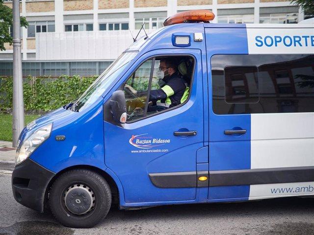 Una ambulancia del 112 entra en el Complejo Hospitalario de Navarra durante la pandemia de Covid-19.