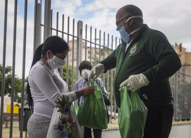 Hermandades Sevillanas participan en la entrega de alimentos Proyecto Fraternita  a familias vulnerables de dos de los barrios más pobres de España, el Polígono Sur y Tres Mil Viviendas de Sevilla. Durante el estado de alarma.