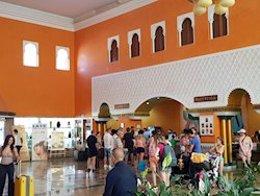 Imagen de archivo de turistas en el hall de un hotel.