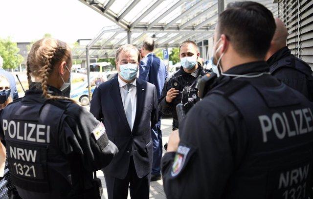 El primer ministre del Rin del Nord-Westfàlia, Armin Laschet, parla amb uns policies després d'imposar un confinament a Güetersloh.