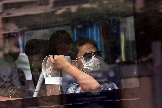Un pasajero de un autobús con mascarilla en Filipinas.