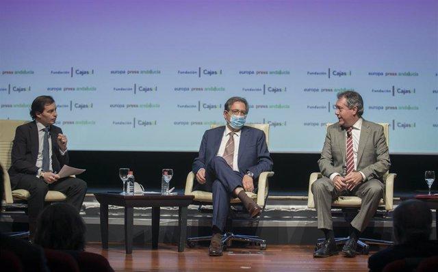 El delegado de Europa Press en Andalucía, Francisco Morón, con el presidente de Fundación Cajasol, Antonio Pulido, y el alcalde de Sevilla, Juan Espadas