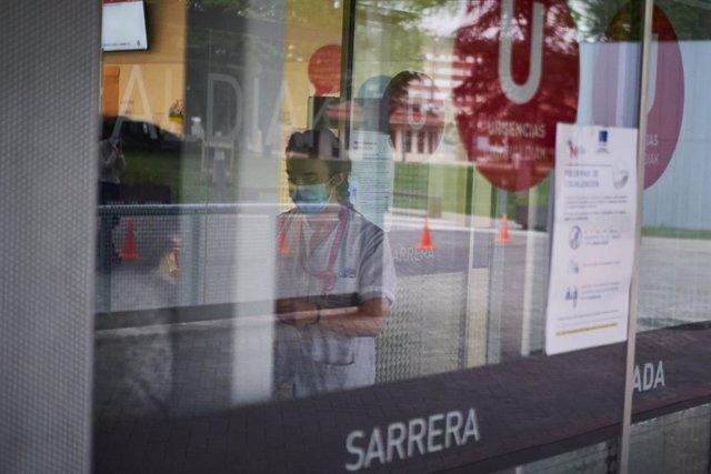 Una sanitaria protegida con una mascarilla trabaja en el Servicio de Urgencias del Complejo Hospitalario de Navarra durante a Pandemia Covid-19  en Abril 28, 2020 en Pamplona, Navarra, España