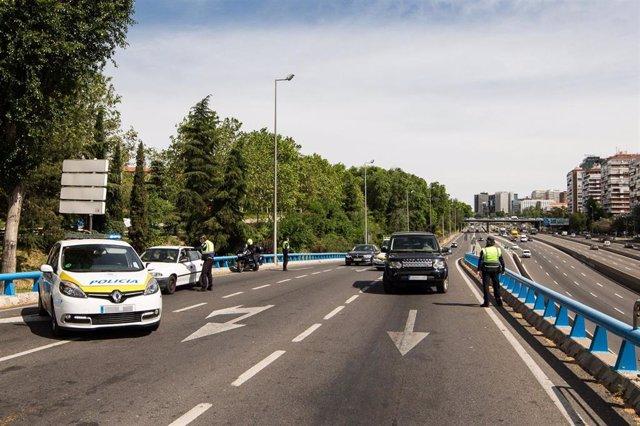 Agentes de la Policía Municipal de Madrid en un control policial en una de las salidas de la autopista de la M30