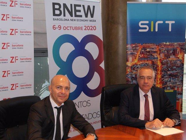 El ceo y fundador de SIRT, David Garriga, y el delegado especial del Estado en el CZFB, Pere Navarro, tras firmar el acuerdo
